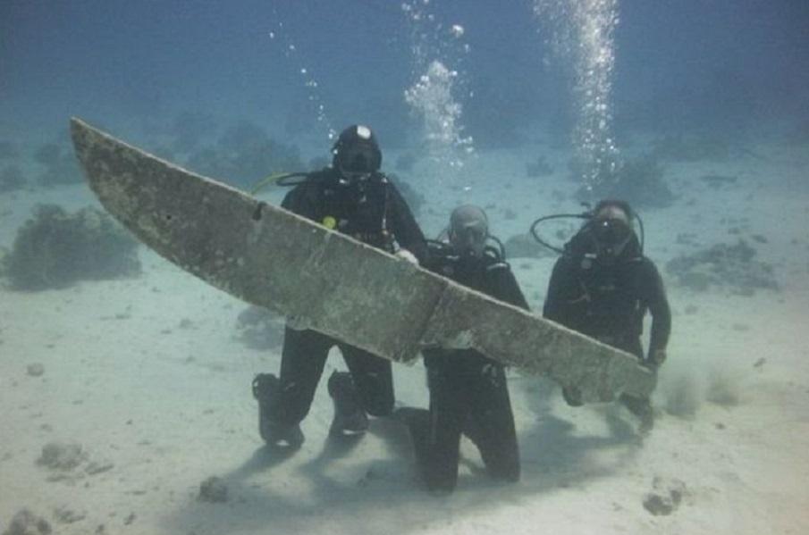 Cuchillo gigante descubierto bajo el agua