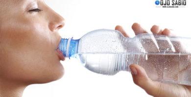 Beber agua de botella de plástico es como lamer un inodoro ¿lo sabías?